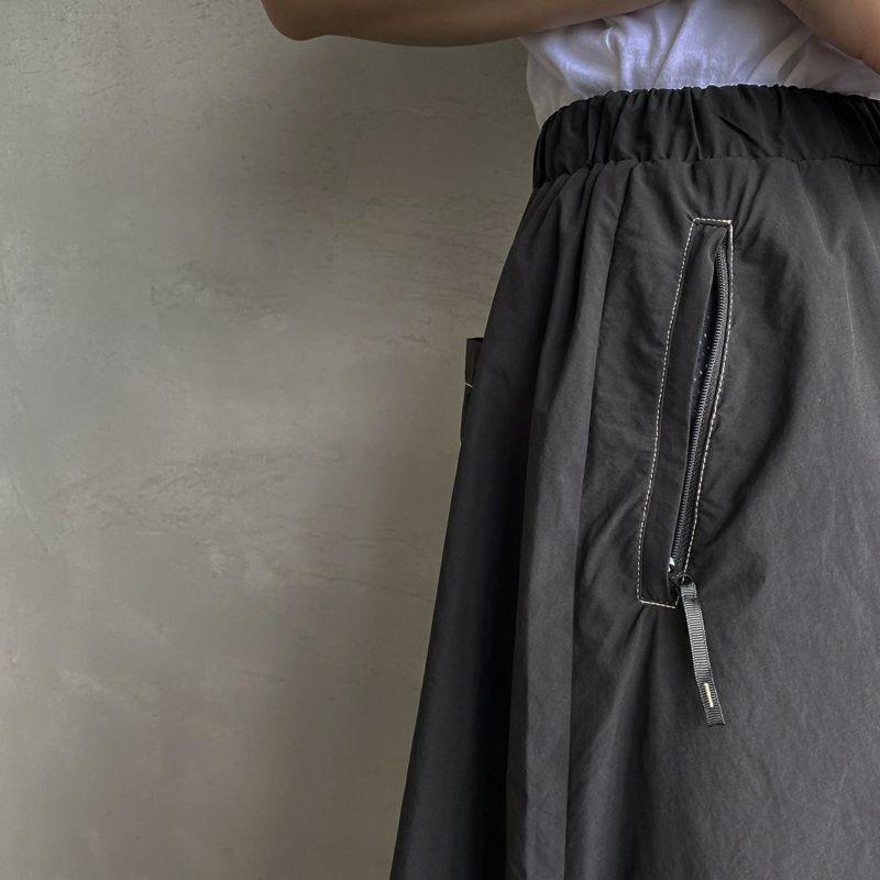 UNIVERSAL OVERALL [ユニバーサルオーバーオール] 別注ナイロンボリュームフレアスカート [U2122740IN-JF] BLACK &&モデル身長:156cm 着用サイズ:F&&